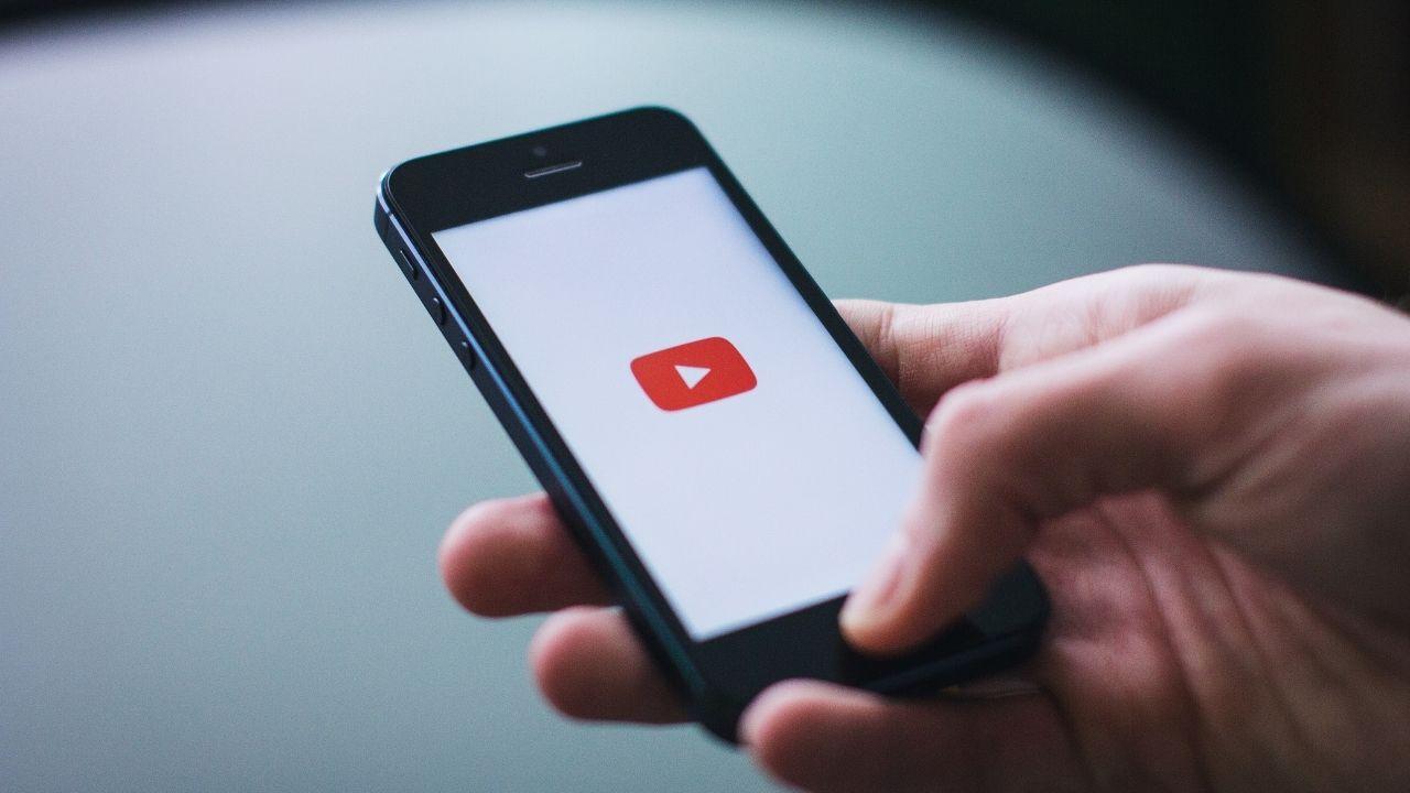 Ouverture de l'application YouTube sur un smartphone