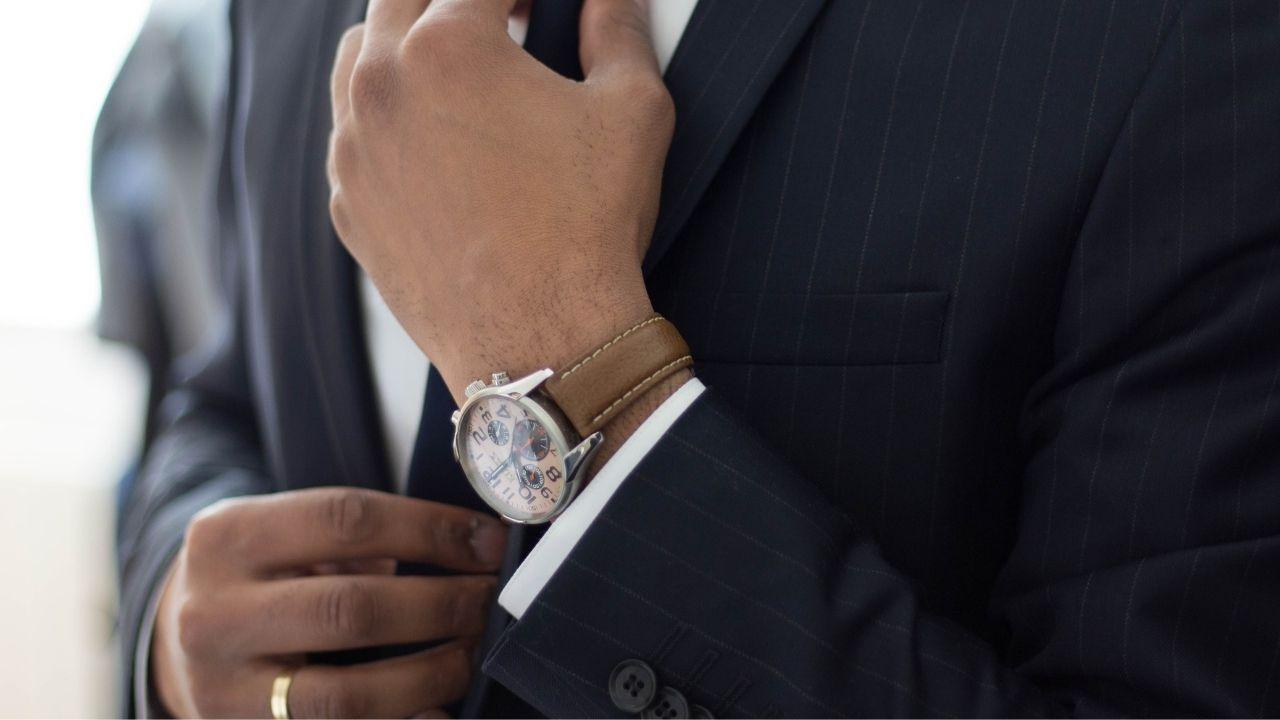Habitudes entrepreneurs symbolisés par un costume et une montre